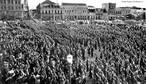 Integralistas reunidos na Praça Tiradentes fazendo uma saudação no estilo nazista. A foto é do dia 19 de novembro de 1937 do acervo do jornalista Cid Destefani. Imagem que pode ser usada para trabalhar um aspecto da História do Paraná articulado aos moviemtnos totalitários europeus. <br><br> Palavras-chave: relações de poder, integralismo, Curitiba, Paraná, Revolução de 30.