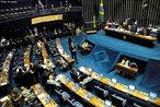 Nesse espaço, na Capital Federal, os parlamentares reúnem-se anualmente, de 2 de fevereiro a 17 de julho e de 1º de agosto a 22 de dezembro. Até a Emenda Constitucional nº 50, de fevereiro de 2006 (EC50/2006), o periodo era de 15 de fevereiro a 30 de junho e de 1º de agosto a 15 de dezembro (Regimento interno da Câmara dos Deputados). O Congresso Nacional é presidido pelo Presidente do Senado Federal, já que o Presidente da Câmara é o terceiro na sucessão presidencial.<br><br/> Palavras-chave: relações de poder, Estado, Poder Legislativo, Senado Federal, parlamentares, Congresso Nacional.