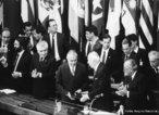 A Assembleia Nacional Constituinte, composta por 559 congressistas, foi instalada em 1º de fevereiro de 1987, sendo presidida pelo deputado Ulysses Guimarães, do PMDB. Os trabalhos dos constituintes se estenderam por dezoito meses. Em 5 de outubro de 1988 foi promulgada a nova Constituição brasileira.<br><br/> Palavras-chave: Constituição, Congresso Nacional, PMDB, redemocratização, relações de poder.