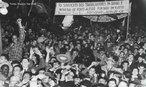 No dia 10 de novembro de 1937, o presidente Getúlio Vargas anunciava o Estado Novo, em cadeia de rádio. Iniciava-se um período de ditadura na História do Brasil. Alegando a existência de um plano comunista para a tomada do poder ( Plano Cohen ) Getúlio fechou o Congresso Nacional e impôs ao país uma nova Constituição, que ficaria conhecida depois como Polaca por ter se inspirado na Constituição da Polônia, de tendência fascista. O Golpe de Getúlio Vargas foi articulado junto aos militares e contou com o apoio de grande parcela da sociedade, pois desde o final de 1935 o governo havia reforçado sua propaganda anti comunista, amedrontando a classe média, na verdade preparando-a para apoiar a centralização política que desde então se desencadeava. A partir de novembro de 1937 Vargas impôs a censura aos meios de comunicação, reprimiu a atividade política, perseguiu e prendeu inimigos políticos, adotou medidas econômicas nacionalizantes e deu continuidade a sua política trabalhista com a criação da CLT em 1943.<br><br/> Palavras-chave: relações de poder, poder executivo, governo, república, Brasil, Revolução de 1930, Plano Cohen, Estado Novo.