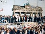 O Muro de Berlim foi construído pela República Democrática Alemã (Alemanha Oriental) durante a Guerra Fria. Construído na madrugada de 13 de Agosto de 1961. O muro simboliza a chamada cortina de ferro entre a Europa Ocidental e o Bloco de Leste. <br><br/> Palavras-chave: relações de poder, relações culturais, muro de Berlim, Guerra Fria.
