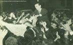 Juscelino Kubitschek de partida para o exílio, em 1964, já cassado pelo regime militar.<br><br/> Palavras-chave: JK, relações de poder, relações culturais, governo, discurso, Brasília, nacional-desenvolvimentismo.
