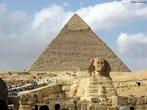 A grande pirâmide, de 450 pés de altura, é a maior de todas as 80 pirâmides do Egito e foi construída cerca de 2550 a.C para o Faraó Quéops. Se a grande pirâmide estivesse na cidade de Nova Iorque por exemplo, ela poderia cobrir sete quarteirões. Todos os quatro lados são praticamente do mesmo comprimento, com uma exatidão não existente apenas por alguns centímetros. <br><br/> Palavras-chave: relações de poder, Estado, faraó, Gizé, Quéops.